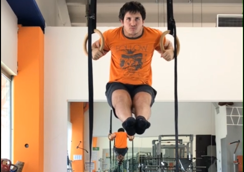 Alessandro Mainente esegue il muscle-up lento