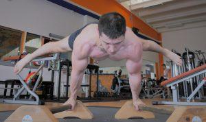 Alessandro Mainente esegue una straddle planche