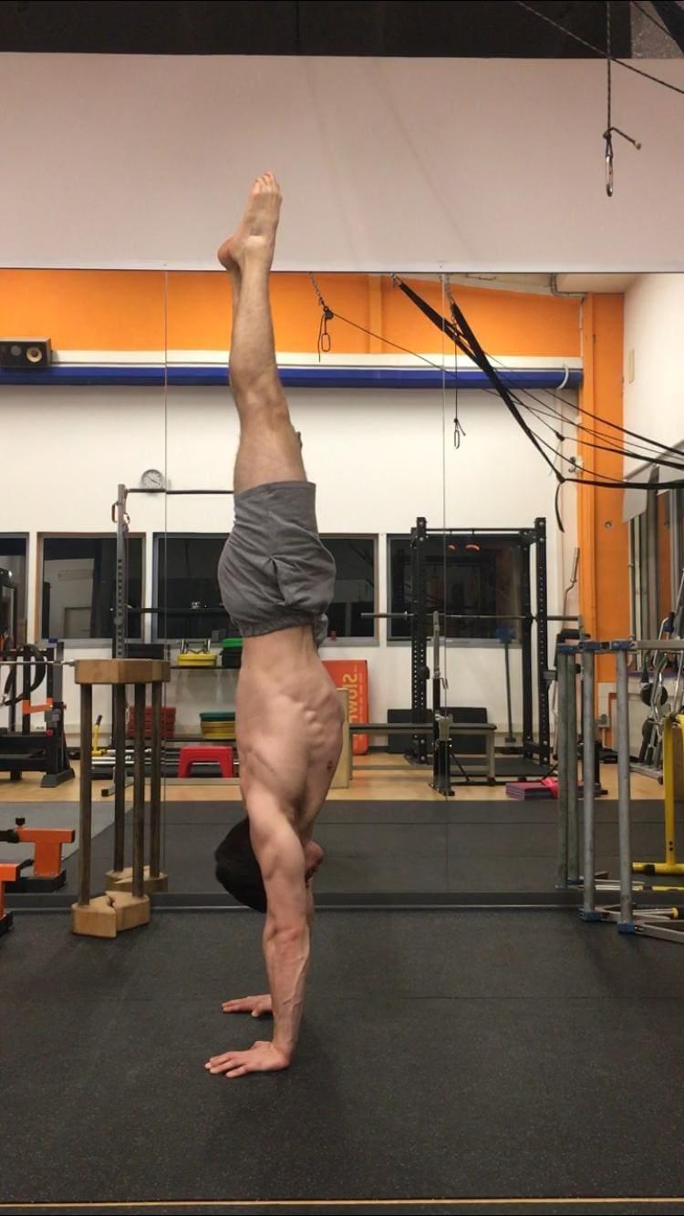 Alessandro Mainente esegue la verticale