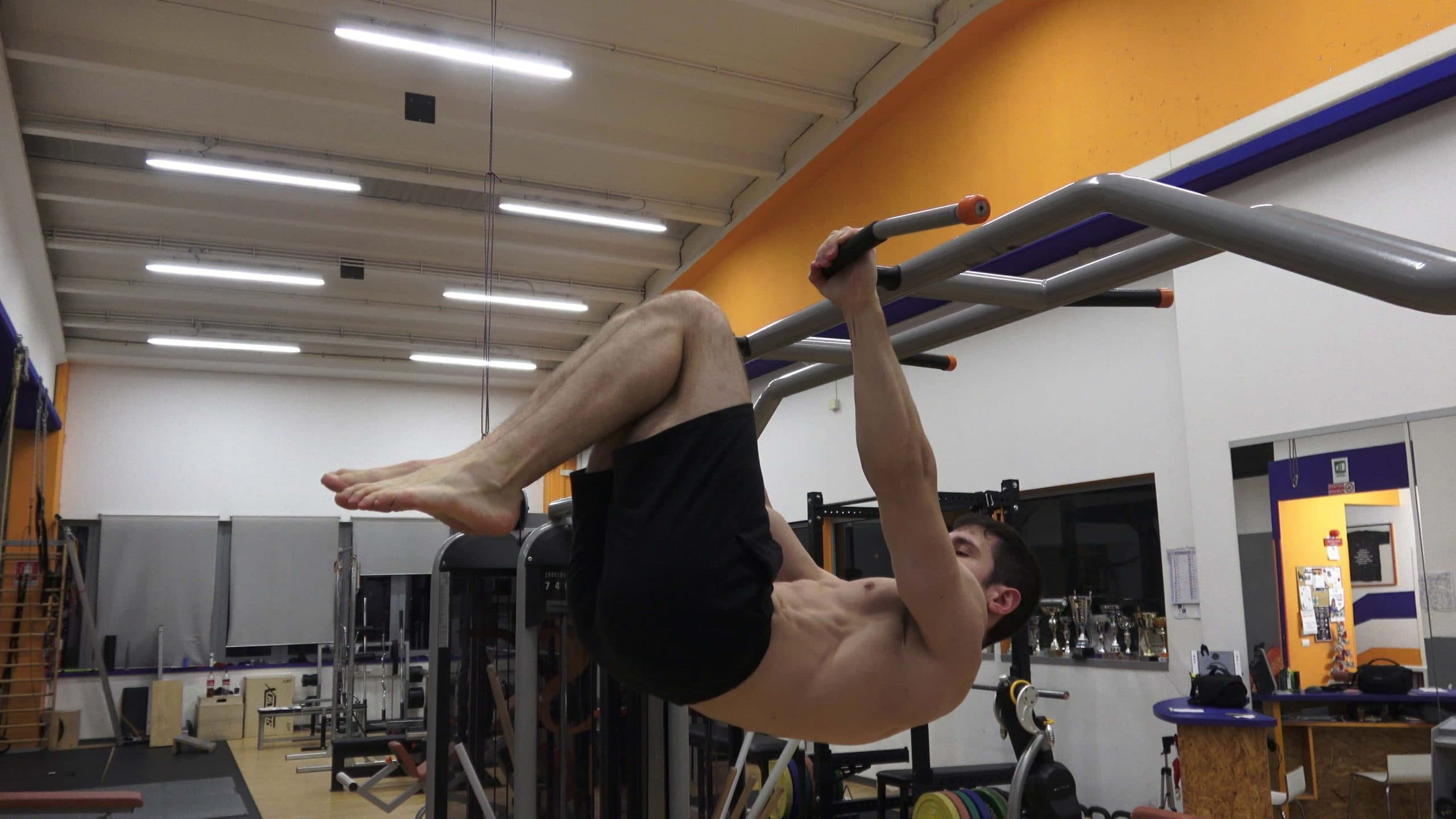 Alessandro Mainente esegue un Advanced Tuck Front Lever