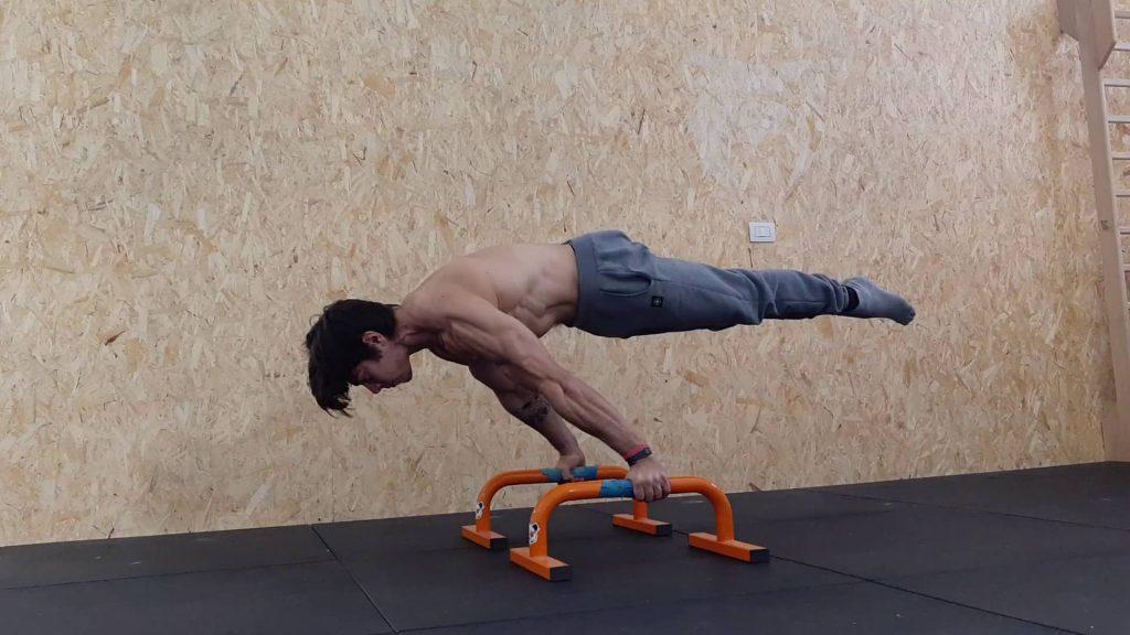 Stefano Bodria esegue una full planche