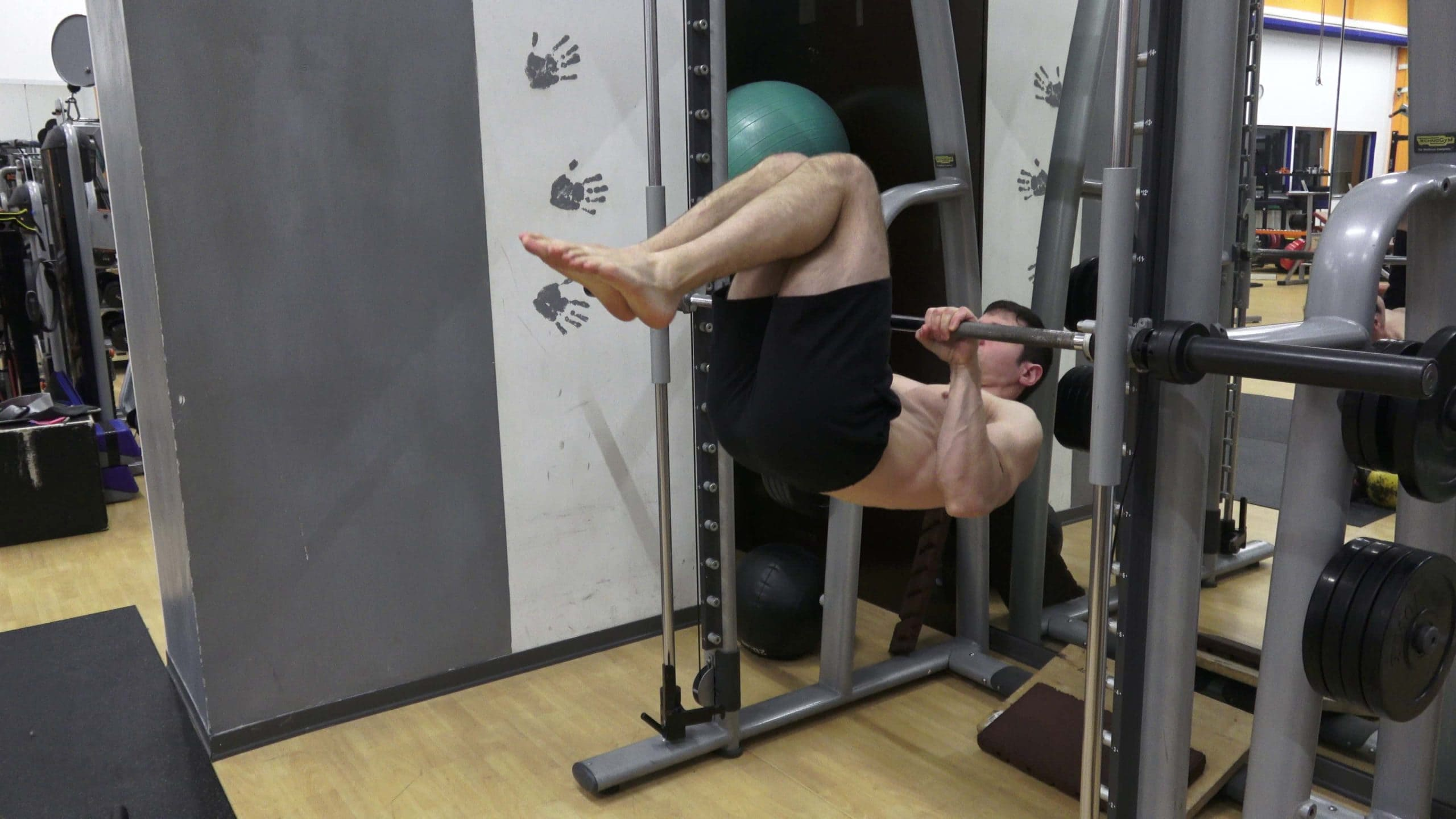 Alessandro Mainente esegue un advanced tuck Front Lever Pull-up