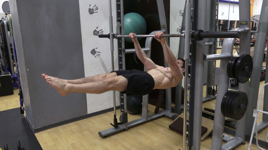 Alessandro Mainente esegue il Front Lever