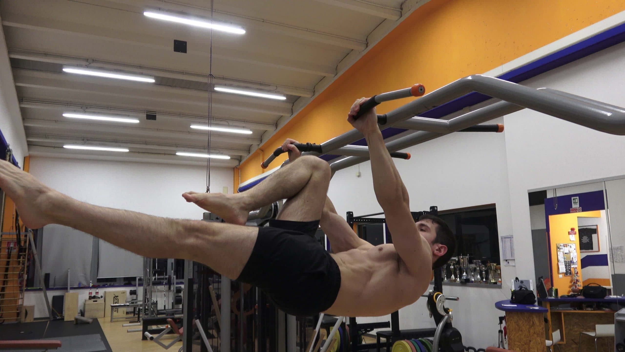 Alessandro Mainente esegue il Front Lever one leg