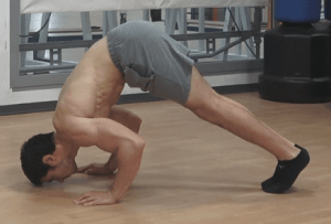 Alessandro Mainente esegue i piegamenti a V (o V-push-up)
