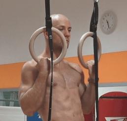 Stefano Perina esegue le trazioni agli anelli