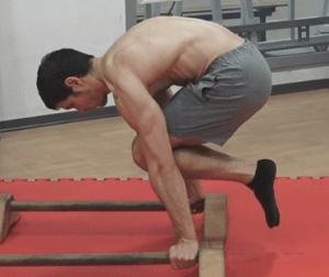 Alessandro Mainente esegue la tuck planche