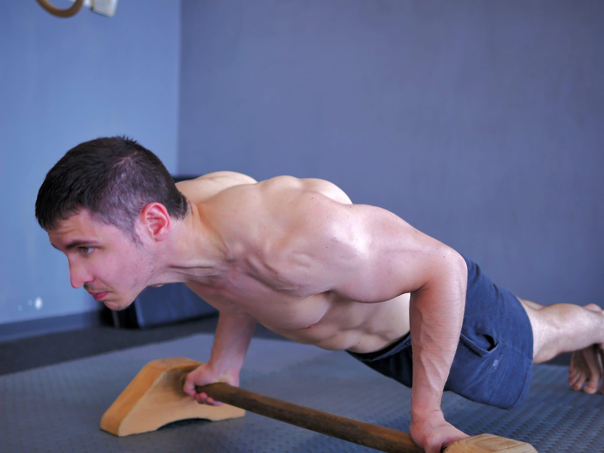 Alessandro Mainente esegue i piegamenti sulle braccia alle parallele