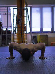 Alessandro Mainente esegue i piegamenti sulle braccia