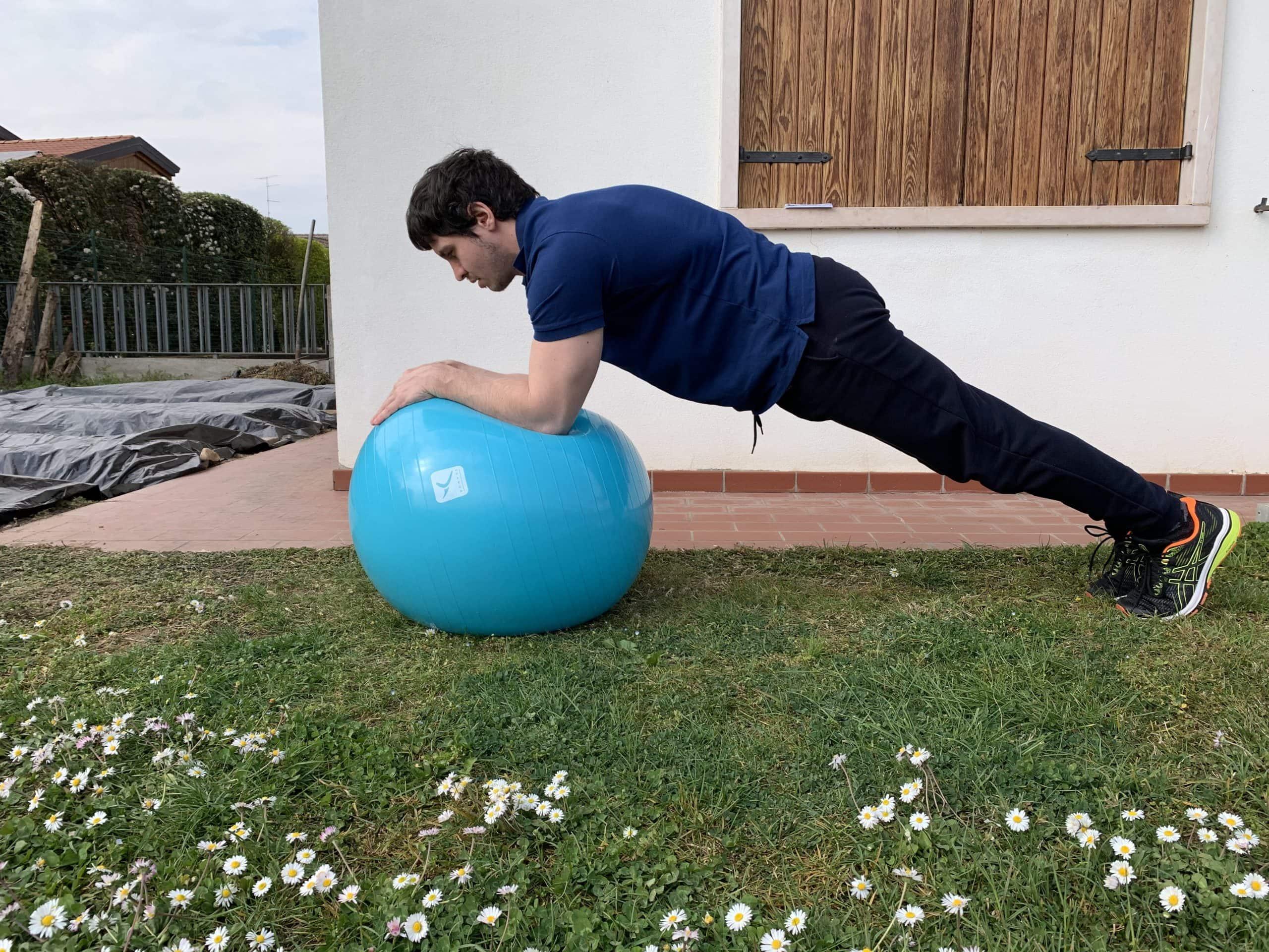 Alessandro Mainente esegue un plank sulla swissball