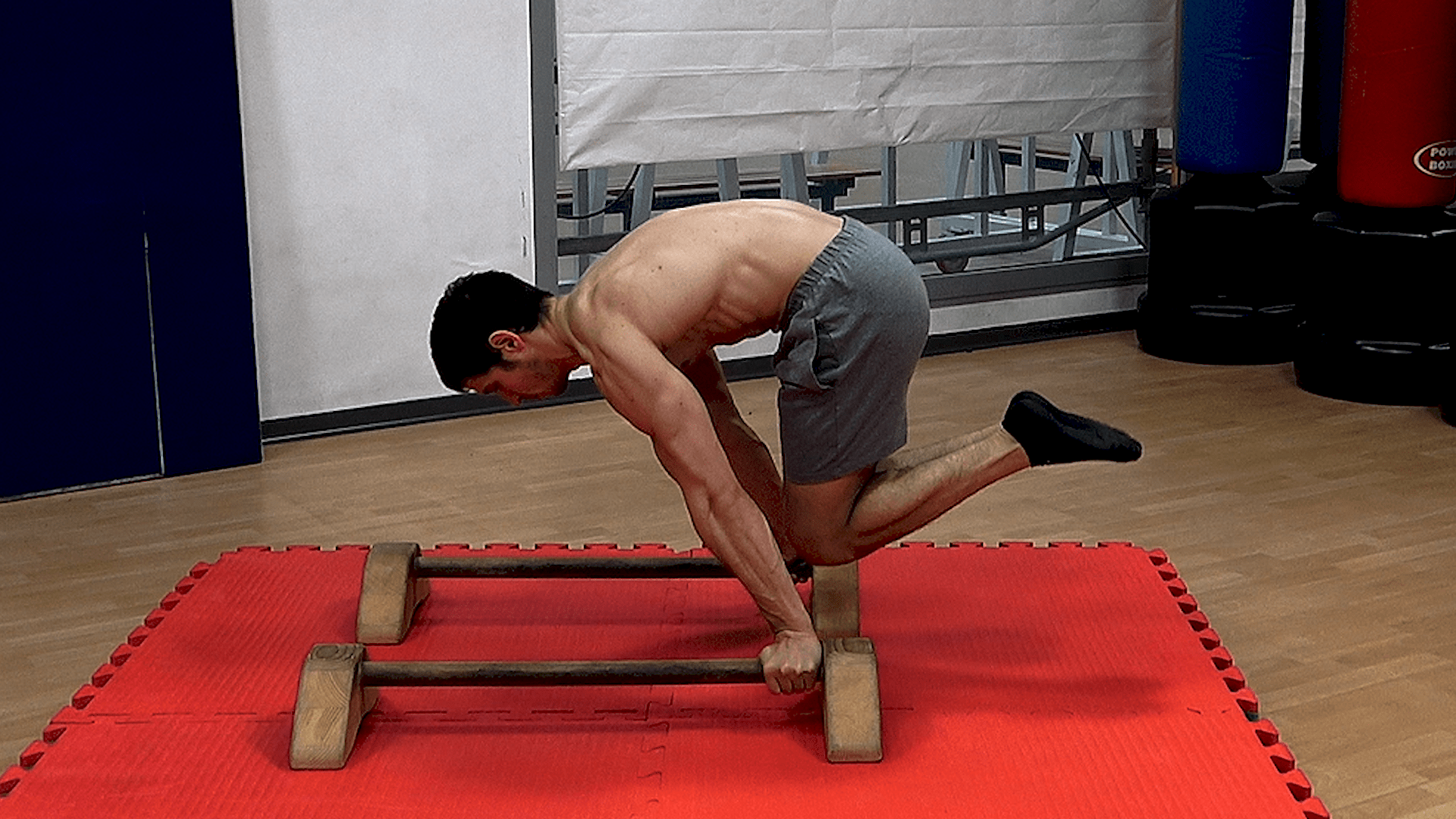 Alessandro Mainente esegue la Advanced Tuck Planche
